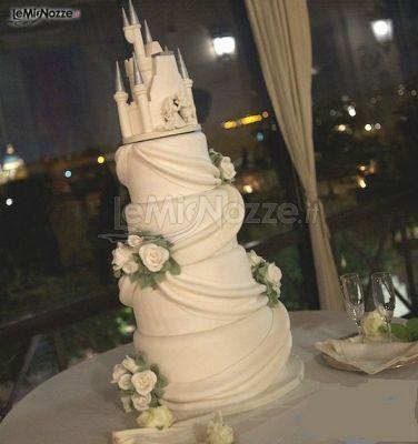 http://www.lemienozze.it/gallerie/torte-nuziali-foto/img18070.html Torta nuziale creativa a forma di castello