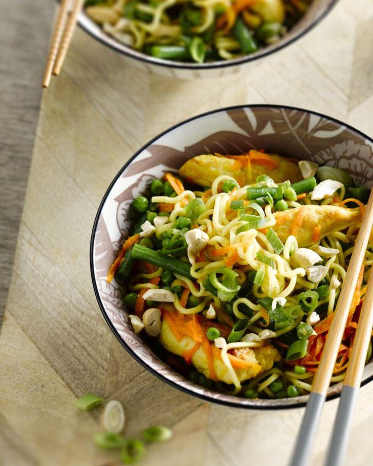 Een heerlijk Aziatisch geïnspireerd kommetje met noedels, frisse citroenkip en knapperige groentjes. laar in minder dan 20 minuten en lekker licht, hoera!