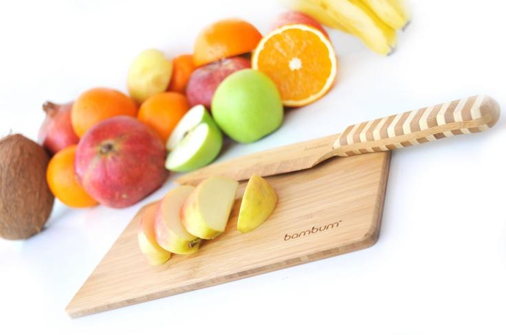 %100 bambudan üretilen Bambum kesme tahtaları, bambunun sert ve dayanıklı yapısı sayesinde elinizden düşüremeyeceğiniz özel kesme tahtalarınız olacaktır. Bambum Tinola 0.8 cm inceliği ve üç tabakalık bambu yüzeyi ile sade ve estetik bir kesme tahtasıdır. Üç farklı boy seçeneği ile mutfağınızdaki tüm kesme tahtası ihtiyacınıza çözüm sunacaktır.    Ürün Boyutları (cm) : 25x15x0.8
