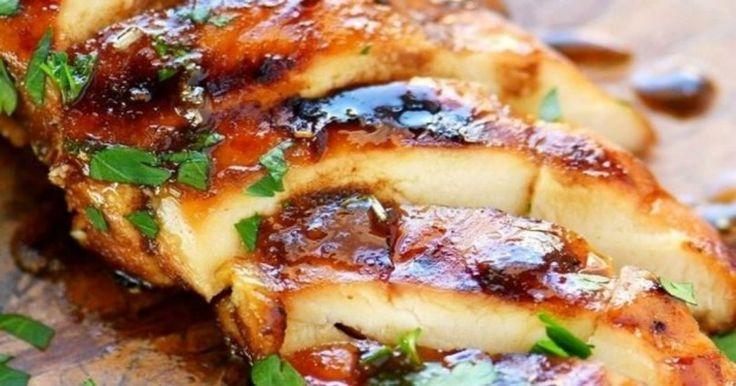 Αυτή η συνταγή μαρινάδας για κοτόπουλο δεν θα μπορούσε να είναι απλούστερη, ειδικά ως προς τα χρόνο προετοιμασίας της..    Χτυπάτε όλα τα υλικά μαζί και περιχύνετε το στήθος κοτόπουλου με τη μαρινάδα. Προκειμένου το κοτόπουλο να