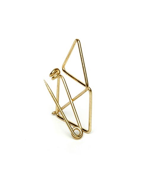 One of the most iconic scribbles manifested in a golden brooch: The concept of the uninterupted line consequently continues by forming the brooch needle from that same wire line.  Bent by hand from one piece of wire, brass, gold-plated. Available for 29 EUR at turinajewellery.com