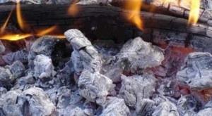 Cenizas de madera    La lejía o detergente de ceniza de madera se hace fácilmente utilizando los restos de madera quemada libre de tratamientos químicos. Las estufas y chimeneas proporcionan buena ceniza si no se queman en ellas restos procedentes de materiales diferentes a la madera y la celulosa. Cuanto mas dura la madera mejor la calidad de la ceniza y mejor sera nuestra lejía. + info: http://www.ecoapuntes.com.ar/2012/08/ecologia-casera-lejia-de-cenizas/