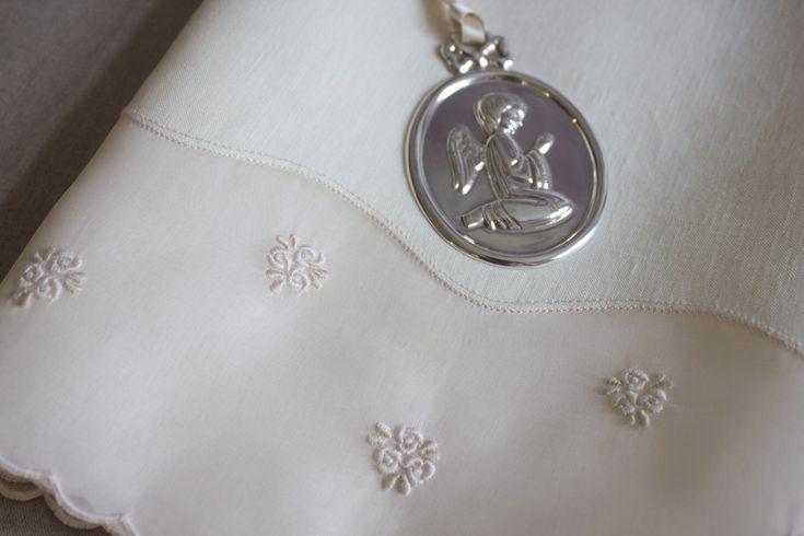 Toalha de Baptizado em linho e organdy bordada com ponto francês, garanitos, bastidos e caseado.