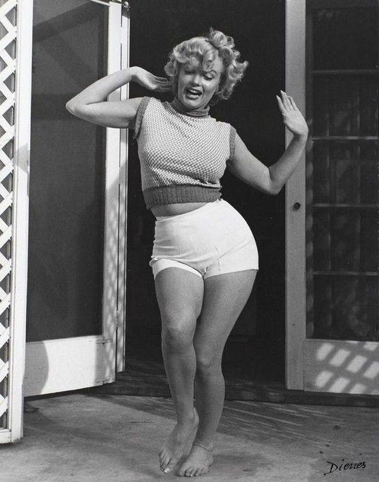 Marilyn baila descalza hula a ritmo de maracas