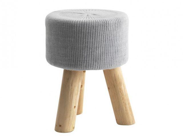 Un adorable pouf ultra chaleureux avec ses pieds en bois et son revêtement en tissu. Pouf WHOOL, 32 x H 42,5 cm : 49,90 € - Fly
