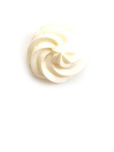 Помните мой крем, который просто мгновенно стал популярным на всех кухнях?) Я решил видоизменить его, сделав чуть легче. Поэтому вместо масла мы будем использовать взбитые сливки. Сперва в чаше взбиваем сливки (100 гр). Берём строго от 33% жирности, никакие менее жирные не подойдут. Секрет быстрого взбивания: холодная миска, холодные венчики миксера и холодные сливки. Повара...