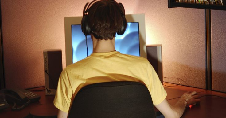 Cómo ver carpetas compartidas en una red. Cuando compartes una carpeta en tu computadora, se hace visible a todas las otras computadoras que están conectadas a la misma red que la tuya. Si sabes que una carpeta está siendo compartida en una red, puedes ver la vista de la red en tu máquina para poder ver la carpeta.