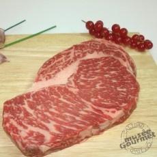 Entrecot de Buey Wagyu (Kobe) BMS 7+ (Ración)  Nuestro wagyu tiene como sello de calidad una línea genética excepcional que combinada con los mejores pastos y cereales, hacen que tenga un sabor y unas características únicas, apreciadas y reconocidas por gourmets de todo el mundo.    El producto se presenta congelado, envasado al vacio en una ración de unos 300 gr.  44,81 € IVA incluído