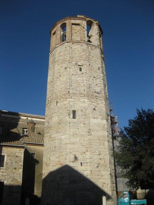 La Torre civica di Amelia con la sua posizione dominante, l'aspetto di maestoso monolite a se stante rispetto agli edifici vicini, la peculiarità della forma e dei vetusti; conci con cui è composta, è l'emblema della città.La sua costruzione si fa risalire all'epoca comunale, prima decade del millennio, ma non è giusto additarne la precisa data nel 1050 come espresso poco chiaramente su uno dei massi ad altezza d'occhio che compongono la parte bassa della torre.