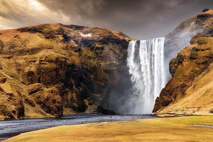 Een van de mooiste watervallen in IJsland is de Skogafoss. Niet ver van het plaatsje Skogar valt deze 60 meter hoge en 25 meter brede waterval over de rand van een klif. Geweldig plaatje, je voelt de macht van deze waterval.