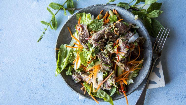 Mye av hemmeligheten til denne retten ligger i dressingen som er proppfull av smak. Den skal være både salt, syrlig, frisk, hot og sødmefull. Ikke vær redd for å justere eller balansere på egenhånd. Og ikke vær redd for å bruke litt godt med urter: Kombinasjonen koriander og mynte gir enormt mye, men er du ingen fan av koriander kan du se om du får tak i thaibasilikum, eller erstatte koriander med vanlig basilikum.