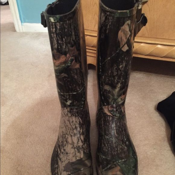 Camo Women's Rain Boots Never worn! Size 8. Adjustable straps for the legs! Bass Shoes Winter & Rain Boots