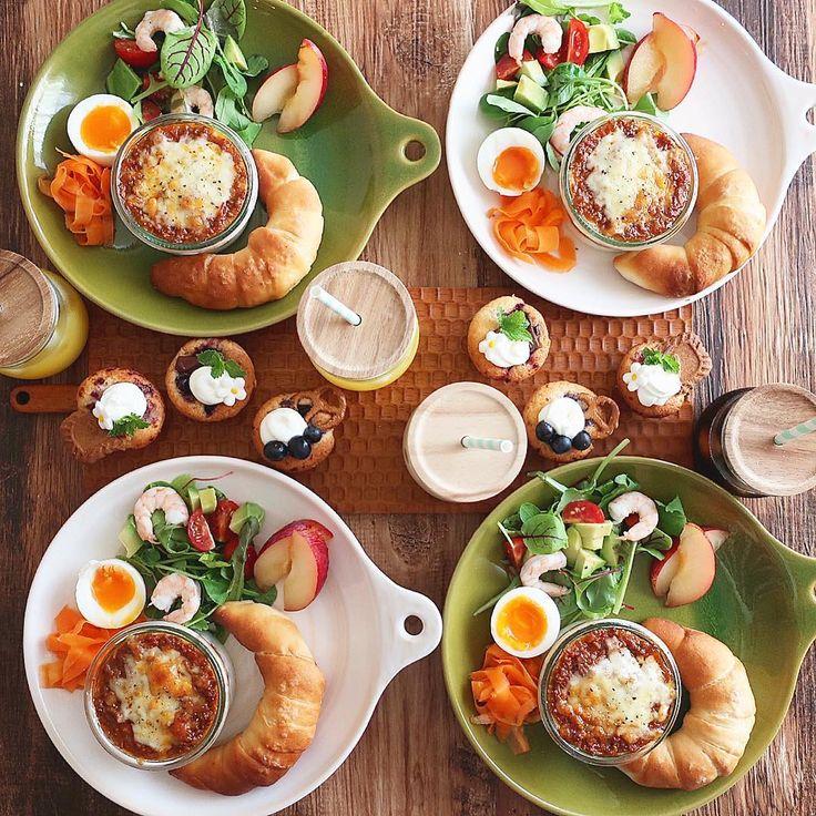 Sep.2 today's breakfast + レモン酵母の塩パン 海老とアボカドのサラダ ラザニア 半熟たまご キャロットラペ プラム ミニミニマフィン であさごはん + ラザニアは米粉のホワイトソースと 玉ねぎ・セロリ・エリンギを刻んでたっぷり入れた ミートソースを重ねてうまうま〜♡ ミニミニマフィンには生クリームを乗せて カシス×ビターチョコレートのマフィンが 子供達に大好評♡ 今度はラズベリーとブルーベリーも チョコver.で作ってみよう(。-艸-。)♡ + 今日は朝から風が入って涼しくて気持ちいい 少しずつ秋の気配かな さ、こんな日はお掃除がんばろーー!…