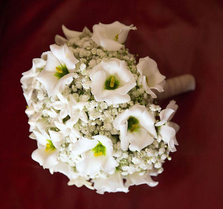 White bouquet on red background #NelloDiCesarePhotography #bouquet #flowers #wedding #WeddingPlanner