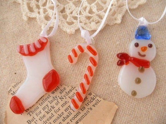グラスフュージングの技法で、クリスマスオーナメントを作りました* スノーマンとキャンディーケーン、ソックスのセットです。 ホワイトのガラスは、半透明ですので光... ハンドメイド、手作り、手仕事品の通販・販売・購入ならCreema。