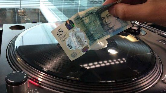 nice WTF: het Engelse vijf pond bankbiljet kan platen afspelen