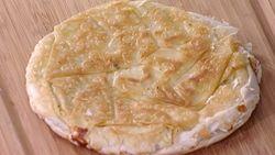 Από την Ελένη Ψυχούλη Μια τραγανή τυρόπιτα με έτοιμο φύλλο που φτιάχνεται σε 15 λεπτά! Ημερομηνία Προβολής: 25/10/2010 – Πατήστε εδώ για να δείτε το video ΥΛΙΚΑ 4 φύλλα κρούστας 150 γρ. φέτα Ελαιόλαδο Άλτις Φρέσκο θυμάρι ή άλλο μυρωδικό Πιπέρι ΕΚΤΕΛΕΣΗ Βάζουμε λίγο ελαιόλαδο στον πάτο του τηγανιού μας και το ζεσταίνουμε σε μέτρια …