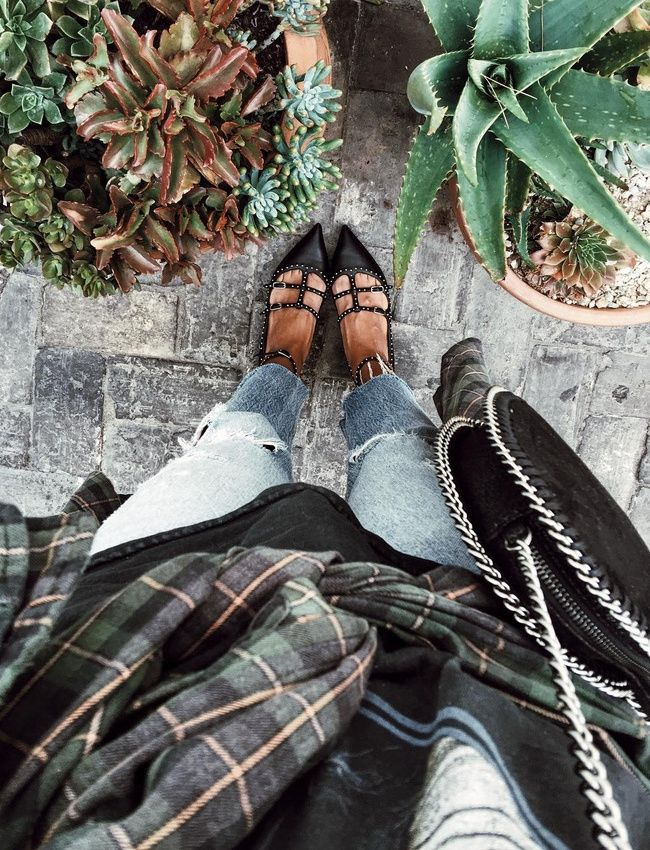 Ballerines sophistiquées + tenue grunge = le bon mix (ballerines Givenchy - photo Sincerely Jules)