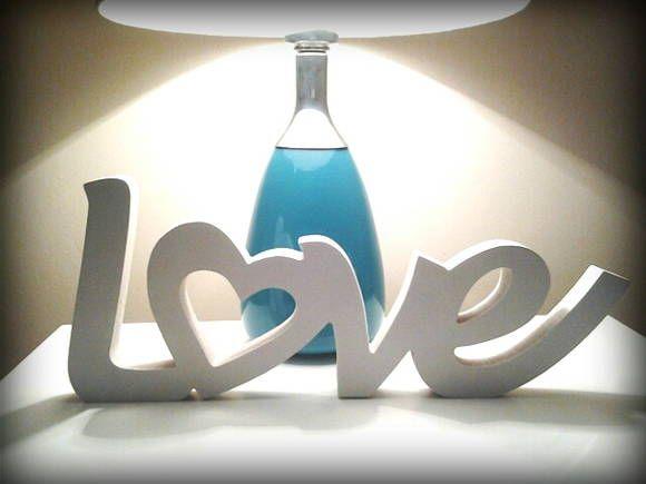 LOVE de MDF-Fica em pé sem apoio. A letra O é em formato de coração. Atualmente muito usado para decorar mesa de bolo em festas de casamento e noivado.  Perfeito também para decorar sua casa ou escritório, para presentear, etc... Fazemos outros tamanhos e outras palavras. CONSULTE. TEMOS LETRAS AVULSAS TAMBÉM.   Poderá ser feito em qualquer cor.  CONFIRAM OUTROS ÍTENS DE NOSSA LOJA. Consulte a disponibilidade. O prazo para confecção pode variar para mais ou para menos. R$ 38,99