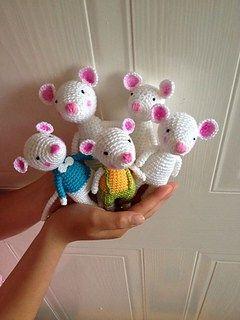 Patrón amigurumi gratis de unos ratoncillos. Espero que os guste tanto como a mi! Visto en la red y colgado en mi pagina de facebook: Os pongo también su foto para que veáis como queda: