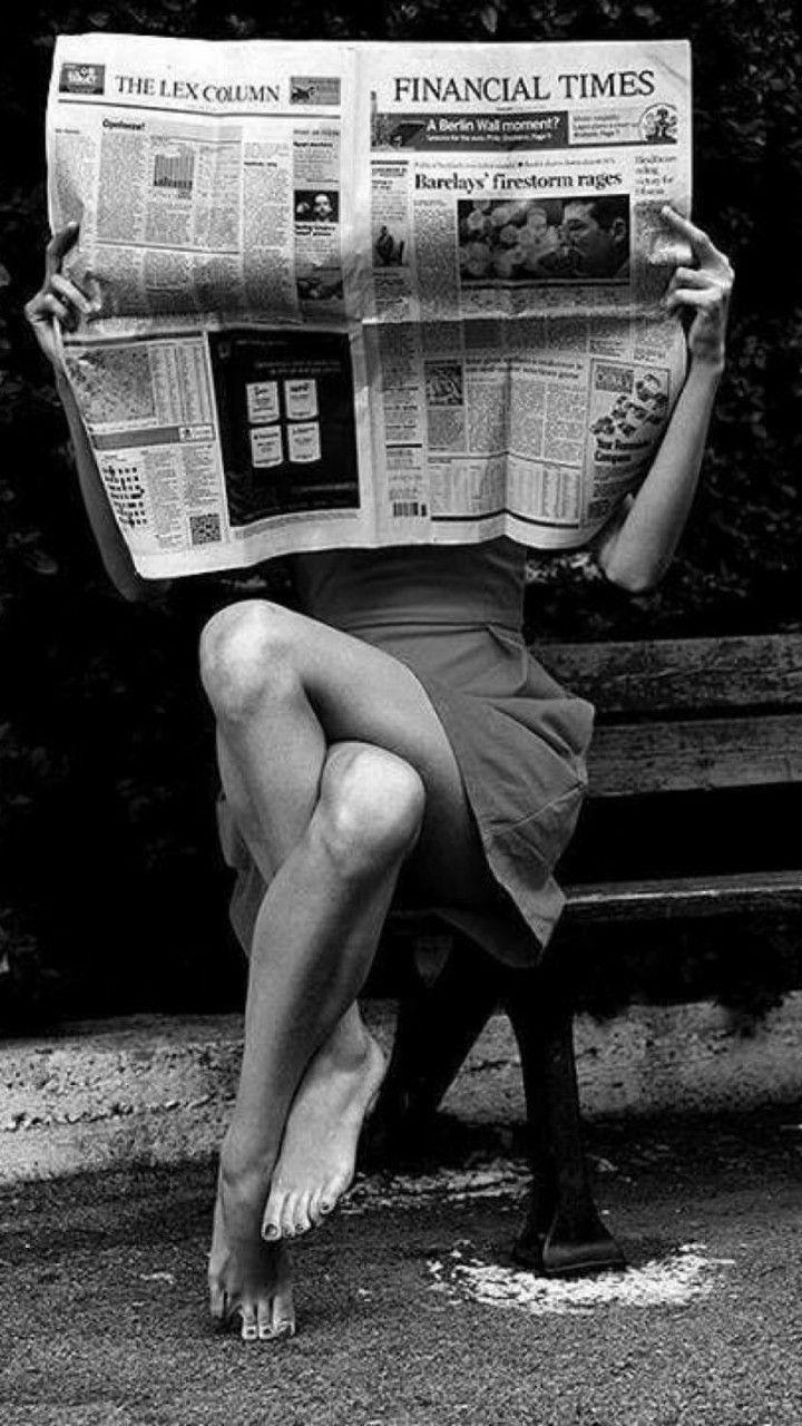 Zeitung lesen im Park   schwarz weiß   Fotografie   Model
