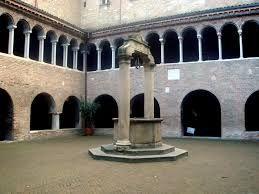 Di dimensioni maggiori rispetto al cortile di Pilato, è caratterizzato dal fatto di essere su due piani: quello inferiore (probabilmente anteriore al Mille) è impostato su ampie aperture ad arco preromaniche; quello superiore è un magnifico esempio di colonnato in stile romanico, probabilmente opera di Pietro d'Alberico nella metà del XII secolo.