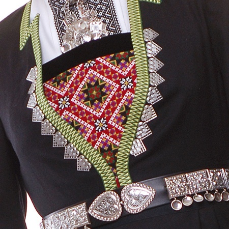 the silver lining jacket edge pins in the embroidered breast band ( Ledig kapasitet på bunad ... Norway)
