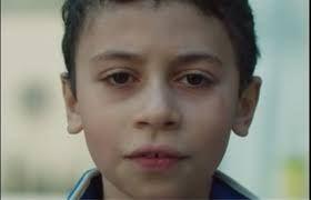 """Gents schepen van Jeugd Elke Decruynaere (Groen) heeft op haar Facebookpagina een confronterend filmpje gepost dat massaal gedeeld wordt. Kinderen lezen een minuut lang gemene uitspraken over zichzelf voor. """"Vandaag wil ik 1 minuut stilstaan bij wat racisme met kinderen doet"""", schrijft Elke Decruynaere op haar facebookpagina met de hashtag #geefme1minuut. Ze post het filmpje in de aanloop naar de Gentse Lente, een initiatief in teken van de Dag Tegen Racisme."""