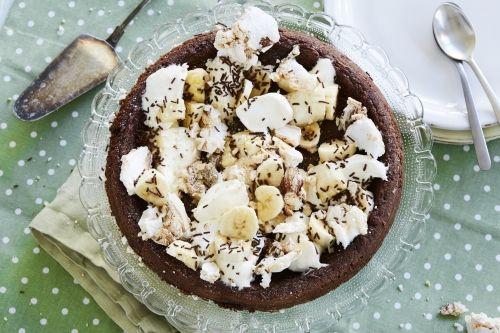 ᏦLAᎠᎠᏦAᏦA MᏋᎠ MAᖇÄNᎶSVISS-TOᎵᎵINᎶ || 12 bitar. 100 g smör ~ 2 ägg ~ 3 dl strösocker ~ 1 tsk vaniljsocker ~ 1,5 dl vetemjöl ~ 4 msk kakao ~ 1 krm salt {Topping} 2 dl vispgrädde ~ 2 bananer ~ 1,5 dl små maränger ~ Strössel | Sätt ugnen på 200 grader. Smörj och bröa en form med löstagbar kant, ca 24 cm i diameter. Smält smöret i en kastrull och låt svalna något. Rör ihop ägg och socker, blanda ner de torra ingredienserna och rör ner det smälta smöret. Häll smeten i formen och grädda i mitten av…