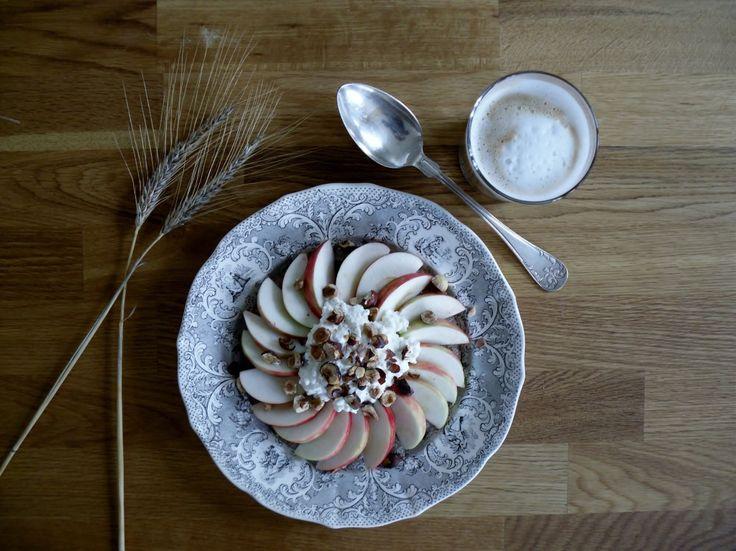 Råggröt med äpple, keso & rostade hasselnötter