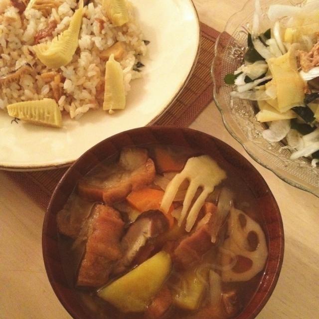 宮城の郷土料理おくずかけを、まちまちこさんが投稿されていたのを見て食べたくなりました 材料は家にあるもので、油麩、さつまいも、糸こんにゃく、牛蒡、蓮根、たけのこ、など。 やっぱり好きだなぁ、故郷の味☺ まちこさん、食べ友よろしくお願いします - 132件のもぐもぐ - おくずかけ、筍ごはん、筍の姫皮新玉ねぎワカメのツナサラダ。 by nikori