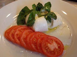 """És akkor jöjjön a konyhatündérkedés """"oroszlánrésze"""", ami külön """"képzettséget"""" igényel. Fogyasszunk hozzá sült krumplipürét (http://fincsa-nindzsa.blog.hu/2013/06/23/sult_krumplipure_caprese_salataval_kulon_receptkent), ha nem diétázunk. Hozzávalók  friss mozzarella…"""