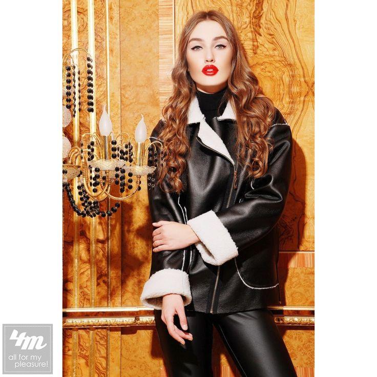 Дублёнка SwirlBySwirl «78011» (Черный)  Перейти на страницу товара: http://lnk.al/2RHY  Стильная двухсторонняя дубленка - прекрасное и классическое дополнение для гардероба настоящей модницы! Модель на косой молнии с оригинальными накладными карманами. Белый мех на отложном воротнике и на манжетах гармонично освежает весь образ! Эксклюзивный дизайн и высококачественный дубляж с водоотталкивающим покрытием подарят Вам незабываемый выход и отличное настроение! Стрейчевый экодубляж позволит Вам…