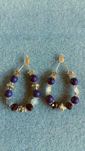 Verschillende varianten druppel-oorhangers met blauwe en zilveren kralen. Leuk te combineren met de blauwe armbanden.