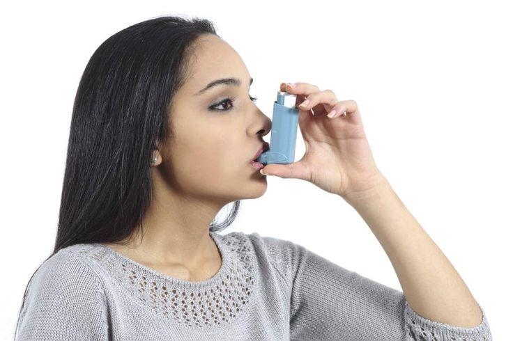 Los síntomas de asma pueden florecer en primavera. Un ataque de asma puede provocar que las vías respiratorias se hinchen, por lo que necesita usar el inhalador.