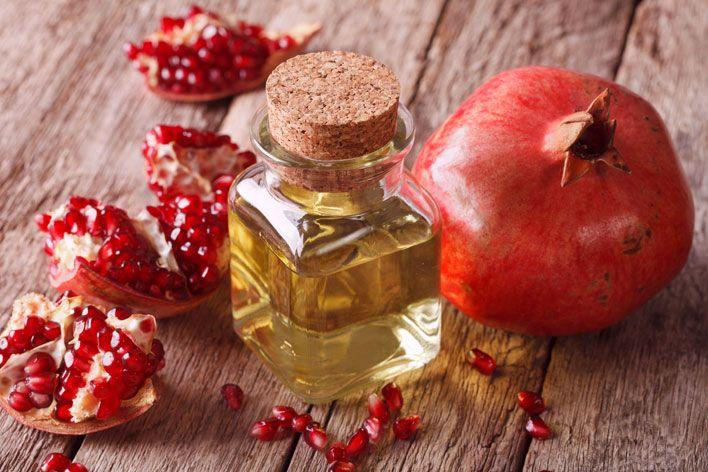 Granat jest symbolem płodności i odradzania, a według niektórych biblistów faktyczny rajski, zakazany owoc. Olej tłoczony z jego nasion jest jednym z najlepszych olejów na świecie. Jakie więc właściwości lecznicze posiada olej z pestek granatu?