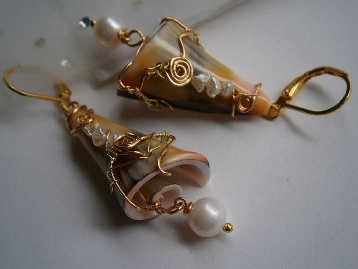 Ohrringe Muschel mit Perlen wirework khaki orange von kunstpause auf DaWanda.com