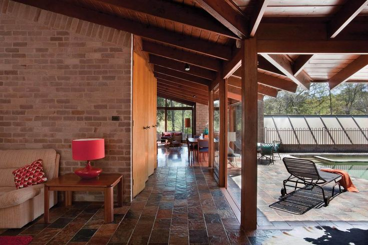 Со сдвинутыми дверьми гостиная становится частью веранды у бассейна.  (1950-70е,середина 20-го века,медисенчери,медисенчери модерн,архитектура,дизайн,экстерьер,интерьер,дизайн интерьера,мебель,гостиная,дизайн гостиной,интерьер гостиной,мебель для гостиной) .