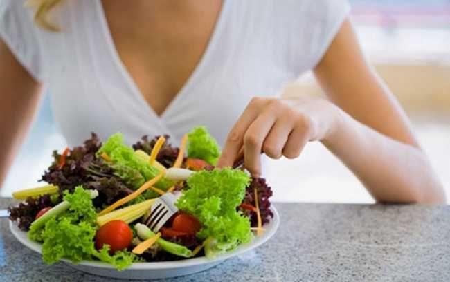 Fracionar as refeições de três em três horas, priorizando o consumo de alimentos saudáveis é um dos pontos para evitar problemas como a gastrite.