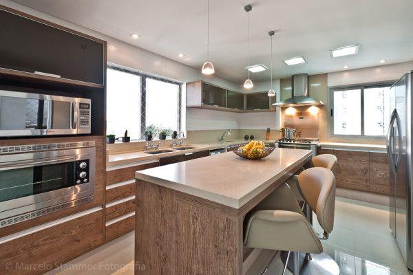 cozinha grande com ilha silestone bege armarios de madeira