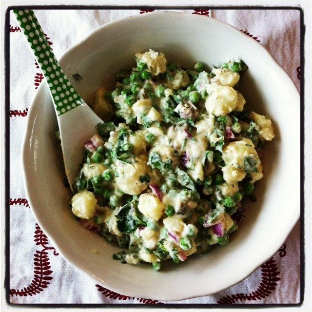 Ensaladilla Russe: Meng gekookte mooie aardappels (lauw) en diepvries of verse doperwten (kort gekookt) met een gehakte rode ui, rode-wijnazijn, verse platte peterselie, verse dragon, twee flinke eetlepels mayonaise (zelfgemaakt of lekker potje), kappertjes, wat olijfolie, zout en peper. Brood erbij en eventueel nog groene sla of vlees van de BBQ.
