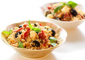 Kasza kuskus na włosko – z serem feta, oliwkami i suszonymi pomidorami