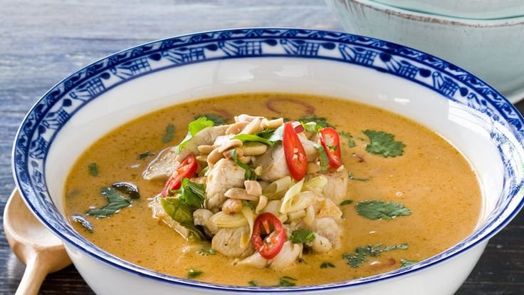 Thaigryta med kyckling, röd curry och jordnötter