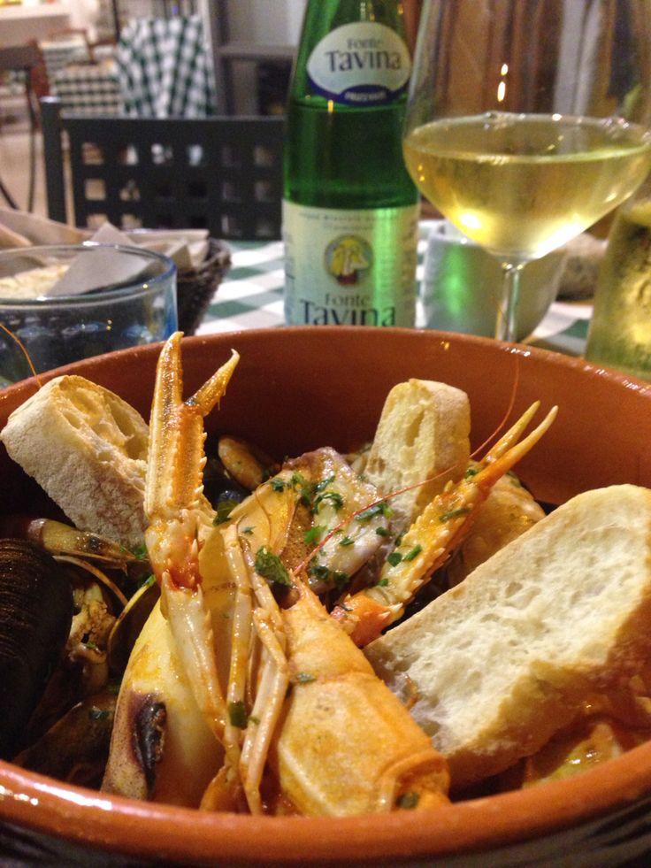 Brodetto di pesce - plato típico del Adriático, era un plato pobre de pescadores, que lo hacían aprovechando la pesca chica que no podían vender (almejas, scampi, calamares, mejillones), una delicia