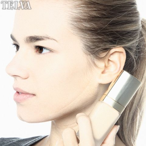 ¿Cómo sé cuál es mi tono de base de maquillaje? Aplica el fondo de maquillaje en la parte del rostro que existe entre el hueso de la mandíbula y el cuello.Si se funde perfectamente, ese es tu tono.Recuerda que tienes que elegir uno que sea del mismo tono o por debajo del tono de tu piel.