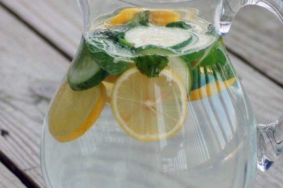 agua desintoxicante: Sassy Water, Flats Belly, Detox Water, Water Detox, Than, Detox Drinks, Lemon Water, Natural Detox, Water Recipes