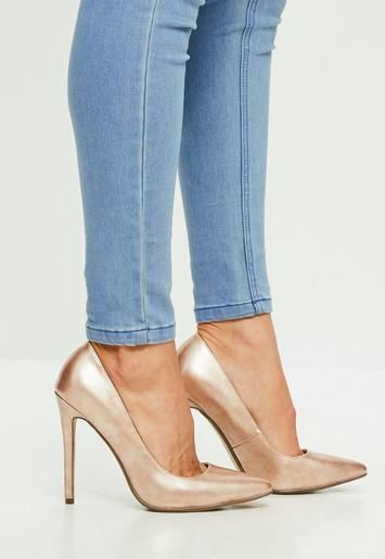 These gold court shoes feature a pointed toe, patent gold fabric and stiletto heel.