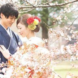 卒花嫁「yuuuminmarried」さまは、桜の季節に結婚式会場に選ばれた京都「ROKUSISUI KYOTO OKAZAKI」で和装前撮りをされました。新婦のご家族もカメラマンとして参加された前撮りは笑顔であふれた楽しい時間になりました。ご新婦さまがDIYされた小物づかいにもご注目ください*
