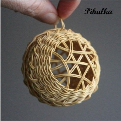 Vánoční baňka, ozdoba. Christmas tree decoration. Rattan weaving. japan basket…