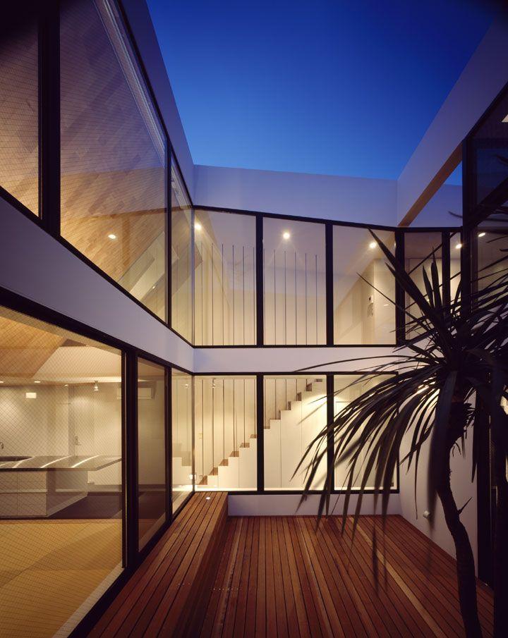 ATOM センターコートよりライトアップされた室内を望む。外部からは想像できない空間が広がる